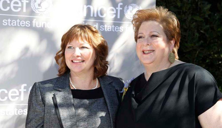 Caryl Stern (à droite), président du fonds américains pour l'Unicef pose avec Carrie Auer, représentante de l'Unicef au Malawi, qui a elle aussi reçu un prix pour l'occasion.
