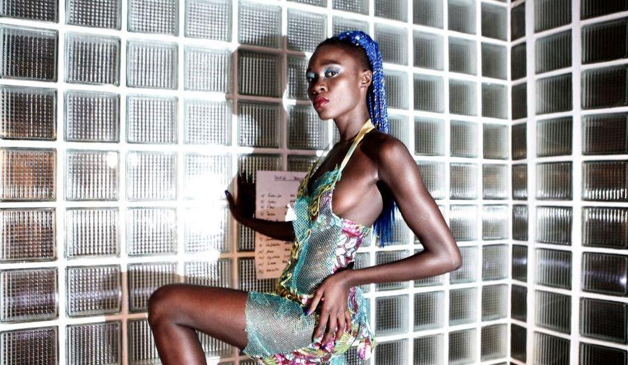 Le mannequin Sachakara Dieng prend la pose.