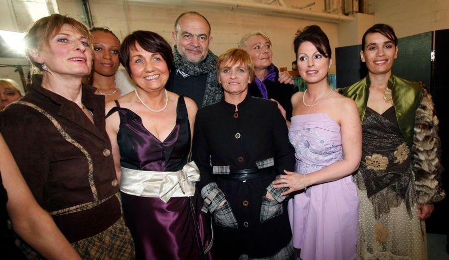 Christian Lacroix pose avec le sourire aux côtés de certaines des stylistes et mannequins d'un soir.