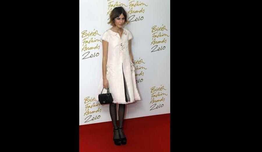 Alexa Chung, qui a reçu le British style award - qui récompense la personne incarnant au mieux l'esprit londonien- aux British Fashion Awards, n'a pas manqué de nous séduire habillée d'une robe Chanel Printemps-Été 2011. L'ancien mannequin anglais, reconverti en présentatrice de télévision, qui a notamment collaboré avec Madewell cette année, s'est imposée comme une véritable icône mode