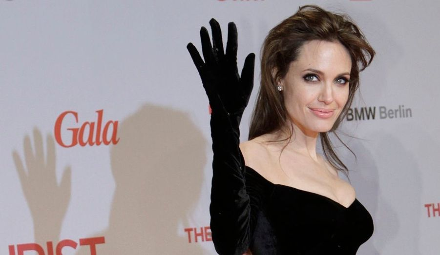 Angelina Jolie, star par excellence, modèle de beauté et de charisme, séduit toujours plus par ses apparitions. A la première berlinoise de son fil The Tourist, elle portait par exemple une robe originale gantée. Une création Versace en velours noir, couvrait son corps jusqu'au bout de ses doigts.