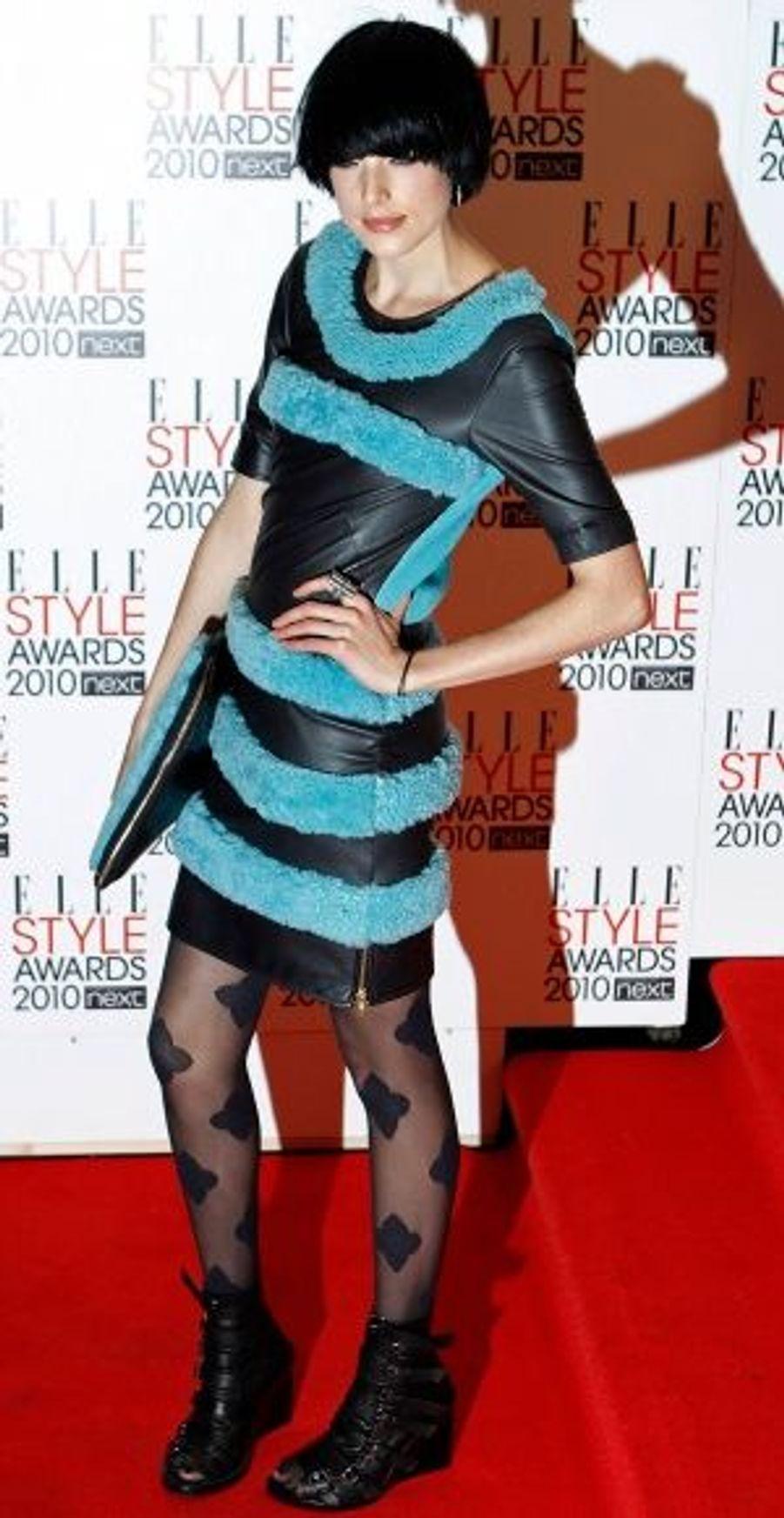 Même si elle n'a remporté aucun prix, Agyness Deyn a fait sensation avec une robe du jeune créateur anglais Henry Holland.