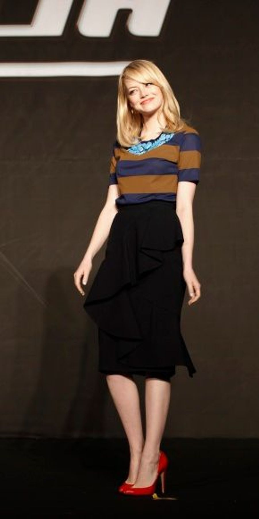 Le 14 juin, Séoul. Pour cette nouvelle conférence, l'actrice de 23 ans était habillée d'une jupe taille haute noire assortie à un top à rayures Burberry Prorsum. Elle portait des chaussures griffées Brian Atwood.