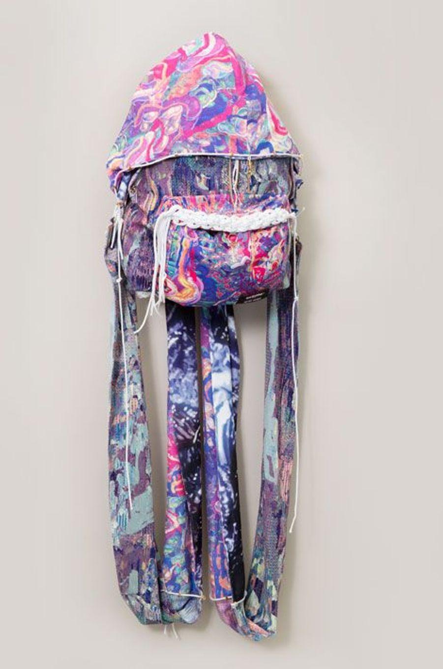 Les créatrices de la marque KRSTJ, Justine de Moriamé et Erika Schillebeeckx proposent quant à elles, un sac aux allures de méduse, doté d'une capuche intégrée.