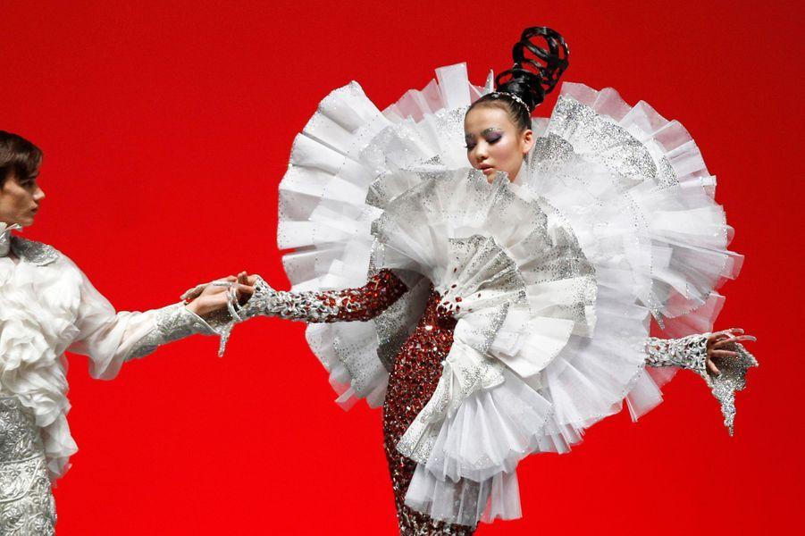 """Elle est surnommée la """"Chanel"""" chinoise. Née en 1967, diplômée en 1986 de la """"Beijing School of Industrial Fashion Design"""", Guo Pei est devenue au fil des années l'une des stars de la mode asiatique. Elle présentait mercredi sa nouvelle collection Haute Couture lors de la Fashion Week de Singapour, lors d'une soirée consacrée aux Mille et Une Nuits."""