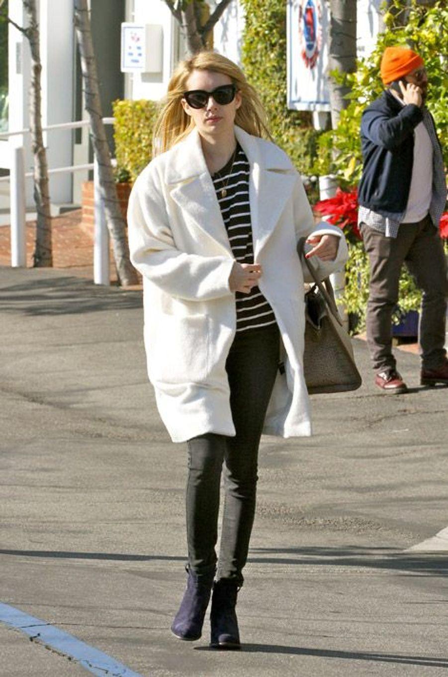 L'atrice Emma Roberts dans les rues de Los Angeles, le 29 décembre 2014