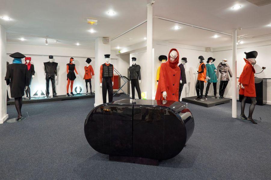 Hommes et femmes, il habille tout le monde. Et chamboule les silhouettes, surtout celles des hommes, qui portent de l'orange ou des blousons à carrure extravagante et des gilets à empiècement caoutchouc.