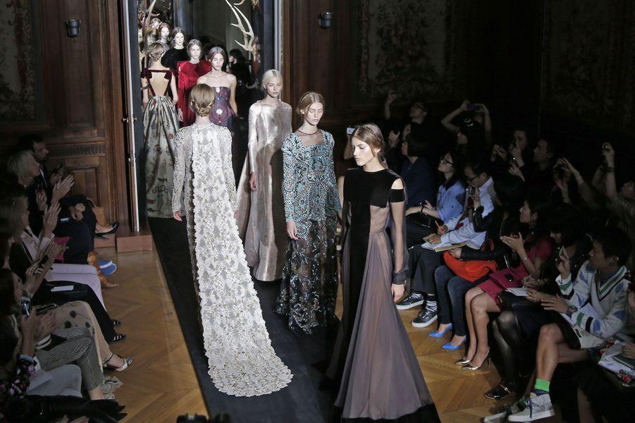 La maison Valentino a présenté jeudi soir sa collection automne-hiver Haute Couture 2013-2014 dans le huitième arrondissement de Paris. Le duo de créateurs italiens Maria Grazia ChiurietPierpaolo Piccioli, a emmené ses invités dans un monde onirique où les mannequins ont défilé, telles des silhouettes venues d'ailleurs.