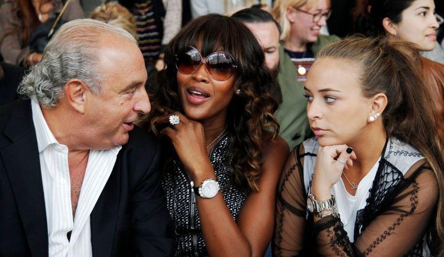Le PDG d'Arcadia Group Limite, Sir Philip Green et ssa fille Chloe s'entretiennent avec le mannequin Naomi Campbell au défilé Topshop.