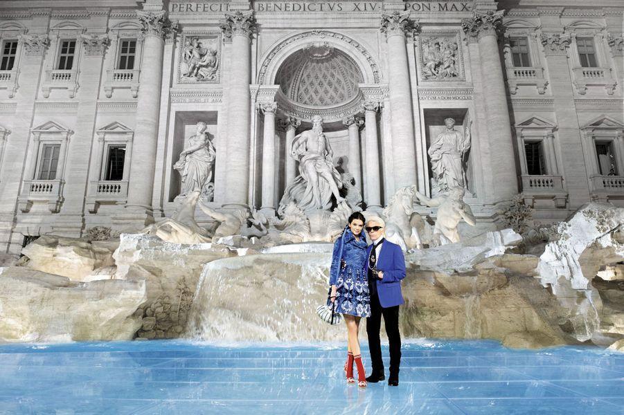 "Karl Lagerfeld et Kendall en ""Bambolina"", une robe-manteau en agneau persan swakara ciselé."