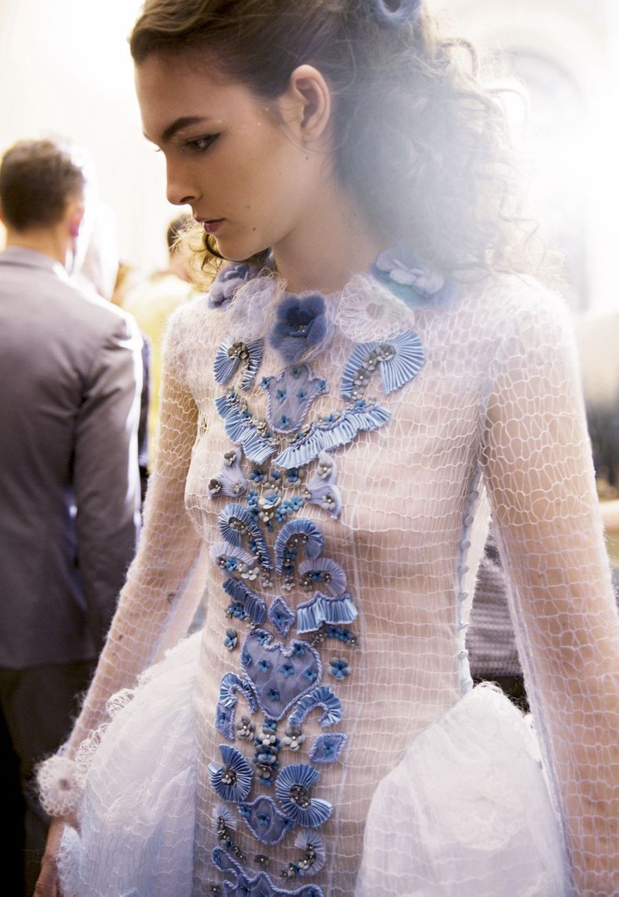 Comme un bijou, les broderies très précieuses habillent cette robe panier.