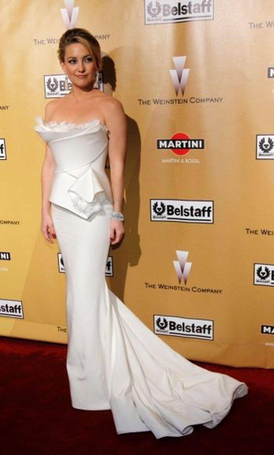Kate Hudson a misé sur un ensemble aux formes géométriques mais blanc : l'alliage du simple et de l'original que toute star doit savoir manier.