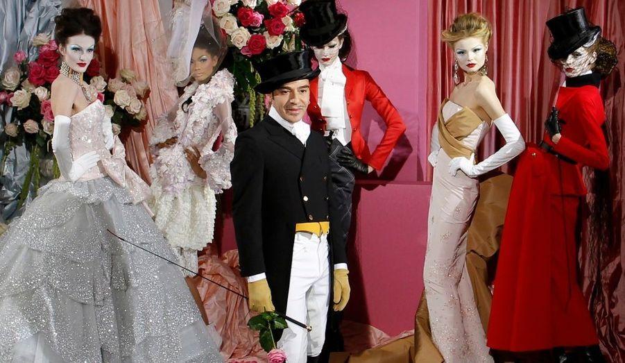 Le créateur anglais John Galliano a posé parmi ses modèles pour la fin de son défilé Haute-Couture Printemps/ Eté 2010 à la Maison Dior à Paris.