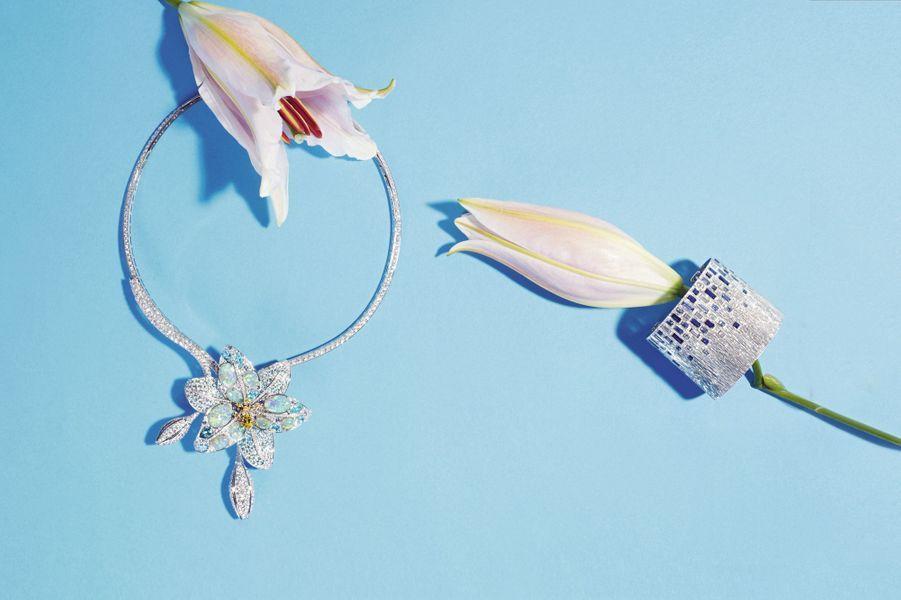 Collier Etoiles boréales transformable en broche, or jaune, platine et or blanc, serti de 9 opales noires ovales d'Australie, de tourmalines bleues rondes et poire, d'une tourmaline jaune poire, de saphirs jaunes et violets ronds, de tourmalines Paraïba de forme fantaisie et de diamants taille brillant.Chaumet.Graphique Bracelet manchette Sunny Side of Life, or blanc, serti de 72 saphirs bleus taille baguette et de 40 diamants taille baguet. Piaget
