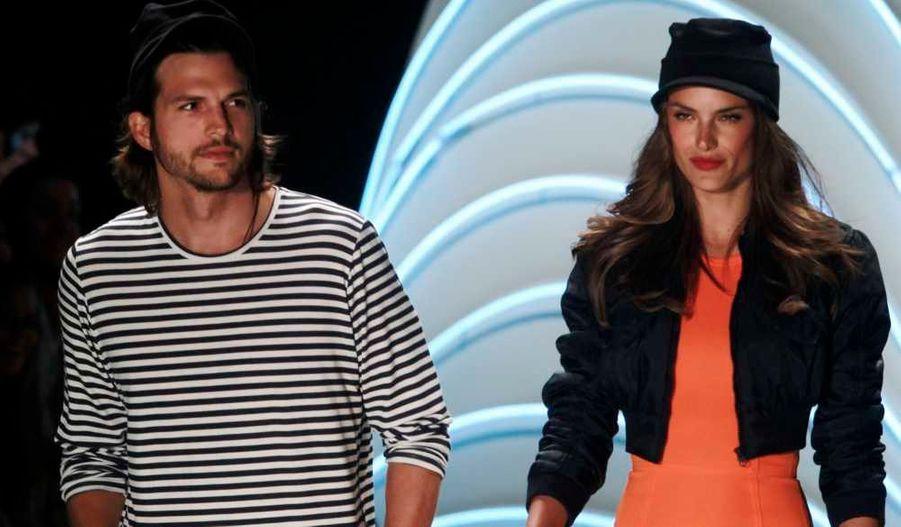 L'acteur américain Ashton Kutcher et le mannequin brésilien Alessandra Ambrosio présentent les créations Colcci de la collection été 2012 à l'occasion de la Fashion week de Sao Paulo.