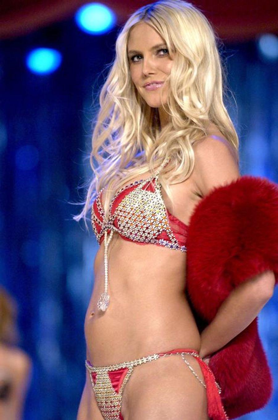 """Heidi Klum en 2003 : un """"Very Sexy Fantasy Bra"""" estimé 11 millions de dollars"""