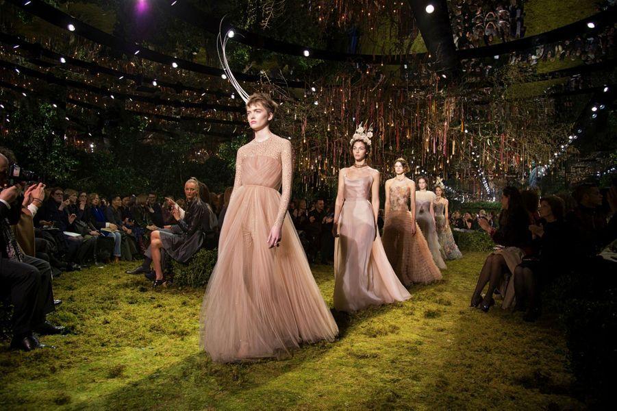 Reines de la nuit et romantisme éthéré : les mannequins défilent sous l'arbre à souhaits, à Paris, le 28 janvier.