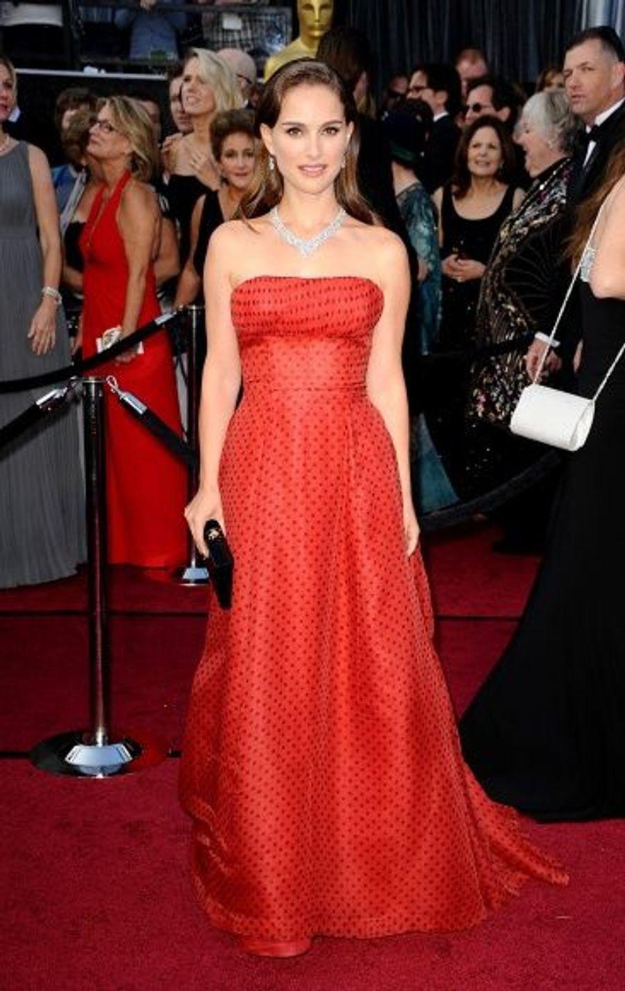 Egérie du parfum Miss Dior, Natalie Portman portait une robe rouge à pois Haute-Couture de la marque française.