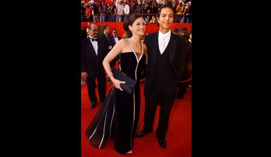 Le soir où elle reçoit l'Oscar de la meilleure actrice, Julia Roberts porte une robe vintage dont tout le monde se souvient, signée Valentino. La robe aura tellement de succès qu'elle fera partie d'une exposition dédiée au couturier italien.