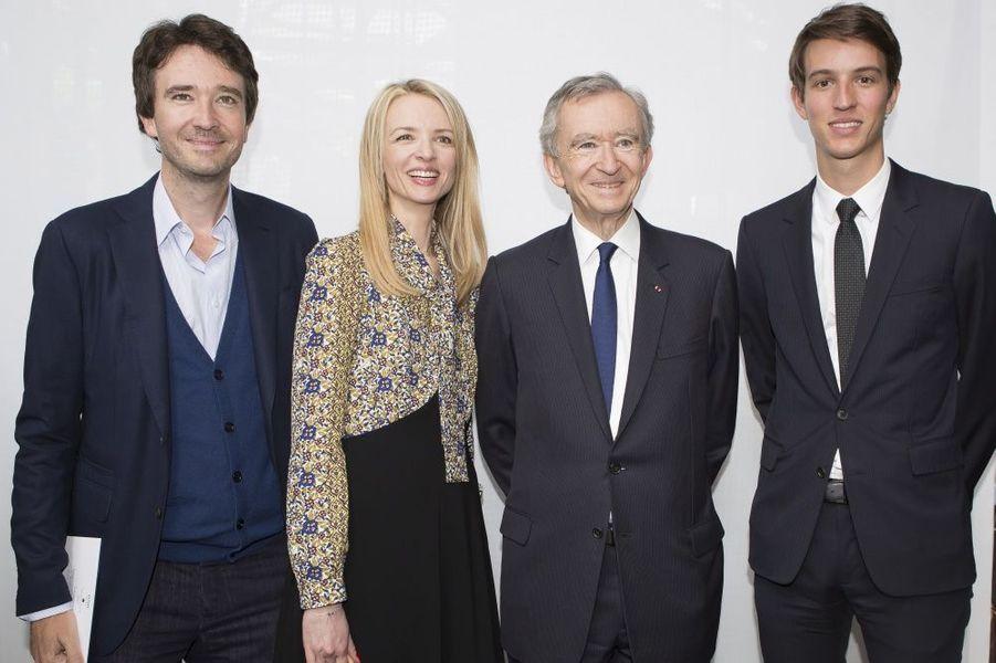 Bernard Arnault entouré de trois de ses enfants, Antoine, Delphine et Alexandre : une relève assurée.Ils sont les «fashion designers» de demain. Plus de millestylistes, du monde entier, concouraient pour la deuxième édition du prix LVMH. Il n'en est resté que sept pour la finale, le 22 mai, à la Fondation Louis Vuitton. Pour les départager,Delphine Arnault, créatrice de ce concours, avait rassemblé un jury exceptionnel, les neuf directeurs artistiques des plus prestigieuses griffes du groupe.Les gagnants de ce prix décerné par un jury d'exception reçoivent une dotation de 450 000 eurosIls tissent l'air du temps. tous âgés de moins de 40 ans, ils doivent avoir déjà conçu et commercialisé au moins deux collections de prêt-à-porter. Une sévère sélection est efectuée parmi les 26 candidats retenus… Les sept finalistes ont dix minutes pour présenter au jury deux modèles. cette année, les vainqueurs sont les designers portugais installés à Londres Marta Marques et Paulo Almeida. ils remportent 300 000 euros. Le jury a également décidé de récompenser exceptionnellement le Français Simon Porte Jacquemus d'une bourse de 150 000 euros. Les lauréats bénéficieront en outre d'un an de suivi personnalisé par le groupe LVMH.A lire sur ce même sujet: Prix LVMH, les grands de demain