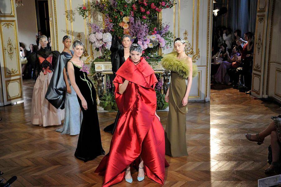 Alexis Mabille, membre officiel de la Fédération de la Haute-Couture depuis décembre dernier, a présenté lundi sa collection Automne-Hiver 2013-2014, au deuxième jour de la semaine de la Haute-Couture à Paris. Cette saison, le Français a rendu hommage à divers artistes de la fin du XIXe siècle et du début du XXe. Toutes ses pièces portent le nom de l'une d'entre elles. Cela a donné un défilé très raffiné mais «portable», avec des robes faites de matières nobles, de dentelles, perles et autres cristaux, dans des volumes chers au créateur, des tons et des coupes variées. Un défilé très «noble», qui s'est tenu dans un salon du très chic hôtel d'Evreux, place Vendôme. Un décor tout de parquet, dorures et fleurs. Le tout offrant un magnifique tableau: la collection s'appelle «Boldini», du nom du peintre qui célèbre, selon Mabille, «la vie en mouvement».