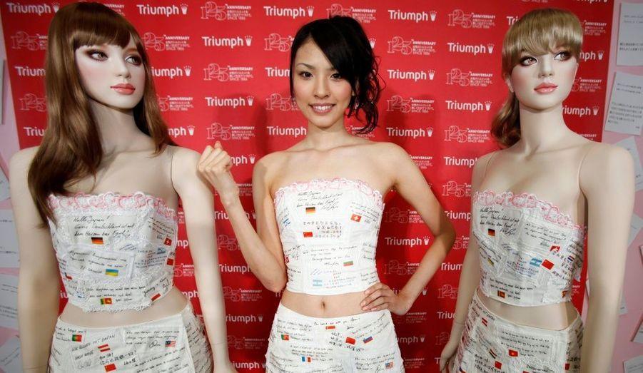 La marque de lingerie Triumph a présenté mercredi à Tokyo un modèle de soutien-gorge sur lequel sont imprimés des messages de soutien pour les victimes du séisme et du tsunami qui ont frappé le Japon le 11 mars dernier.