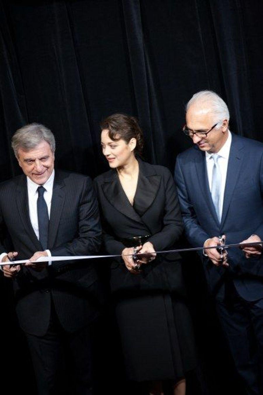 Aux côtés de Sidney Toledano, représentant de Dior et du directeur du Printemps, Paolo De Cesar, Marion Cotillard inaugure les vitrines.