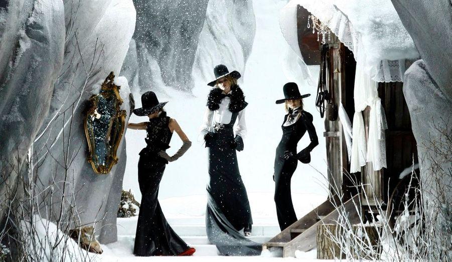 Des mannequins présentent la collection automne/hiver 2011-2012 des couturiers DSquared2 lors de la Fashion Week de Milan.