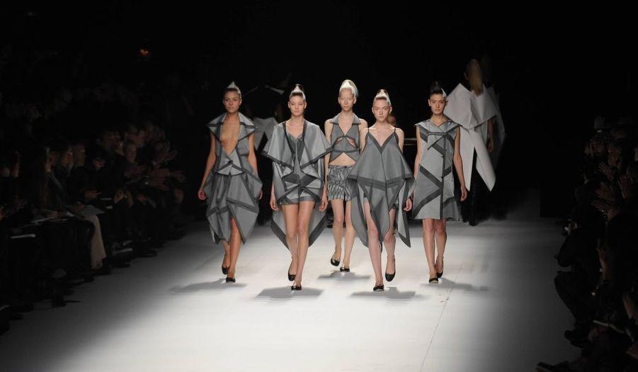 Issey Miyake présentait sa collection automne-hiver 2011/2012 vendredi au Pavillon Concorde, lors de la Fashion Week.