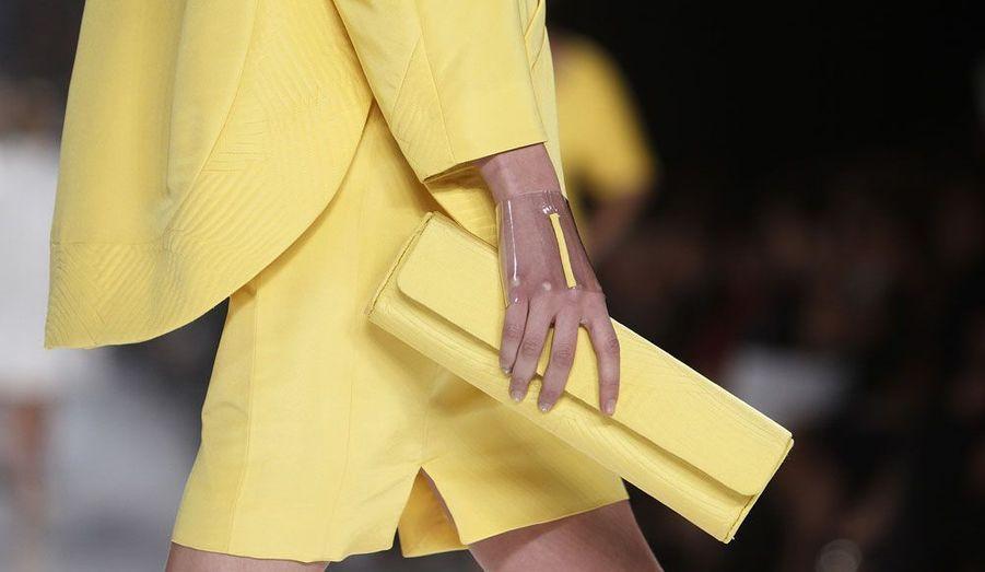 Le tailleur assorti à la pochette et au bracelet du créateur Chado Ralph Rucci.