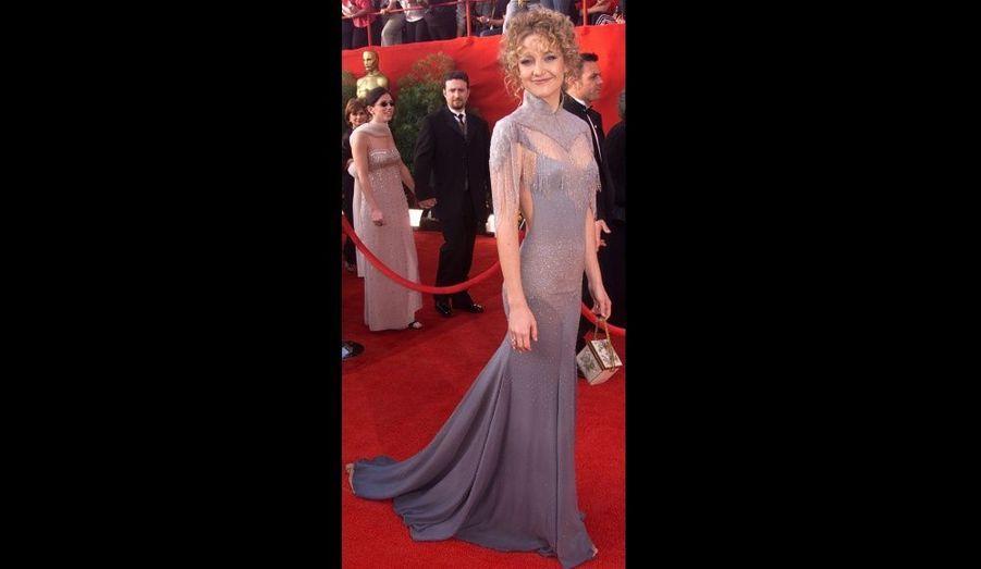 La fille de Goldie Hawn gâche une très belle robe grise par un col à la découpe plus que suspecte, allié à une coiffure hasardeuse. Nommée pour le trophée du Meilleur second rôle pour «Presque célèbre», elle rentrera chez elle sans statuette.