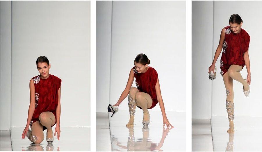 Scène insolite lors de la Fashion Week à Milan. Un jeune mannequin a chuté lors d'un défilé, avant de se rétablir avec le sourire.