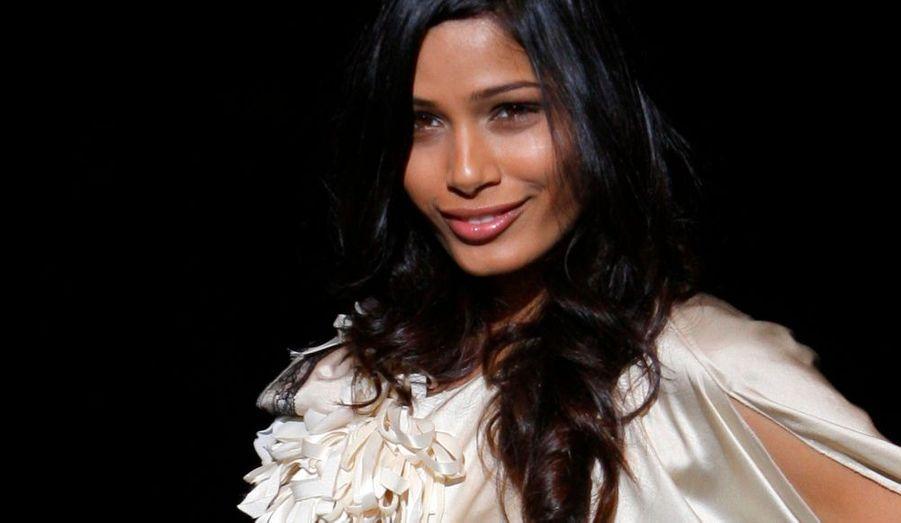 Alors que des rumeurs annonçaient sa prochaine signature avec la marque de cosmétiques Estee Lauder, Freida Pinto représente actuellement la marque l'Oréal.