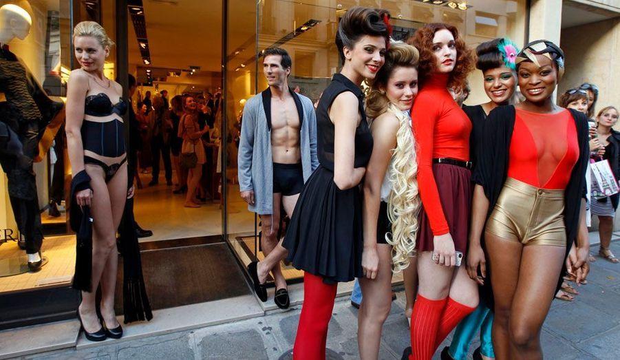 La quatrième Vogue Fashion Night Out, qui se déroule simultanément dans 21 pays différents et met à l'honneur la beauté et le luxe, a eu lieu jeudi soir. A Paris, les amateurs de mode se sont donné rendez-vous dans les rues les plus prestigieuses. De la rue du Faubourg Saint-Honoré à la Place de la Madeleine, les marques préférées des fashionistas ont toutes rivalisé d'originalité pour se démarquer.