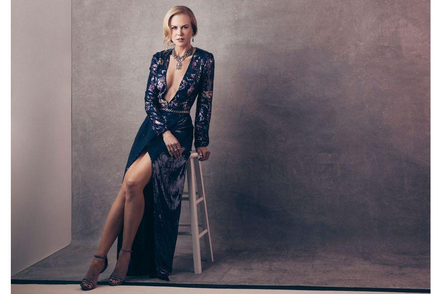 """A l'hôtel Beverly Wilshire, Nicole Kidman pose pour Paris Match.Nicole Kidmanporte pour la première fois une des robes Louis Vuitton spécialement créées pour la cérémonie des Oscars.Quand sexy rime avec « charity ». Rien de tel qu'un décolleté ravageur pour sensibiliser le grand public au combat humanitaire. Surtout lorsqu'il est porté par l'une des plus grandes actrices de sa génération. Nicole Kidman avait au moins deux bonnes raisons de participer au 6e Gala del'Unicef. Nommée ambassadrice de l'agence des Nations unies pour l'enfance en 1994, la comédienne oscarisée ne cesse de mettre sa notoriété au service de bonnes causes. Elle est aussi une fervente supportrice de Louis Vuitton, qui s'est associé à l'organisation internationale pour contribuer à lever des fonds. Un engagement salué par les 700 people présents au dîner de Los Angeles : 2,5 millions d'euros ont ainsi été collectés pour venir en aide aux enfants dans le monde.Reportage Dany JucaudA lire aussi:Nicole Kidman aurait """"aimé avoir plus d'enfants""""A lire aussi:Les droits de l'enfant en France - Le cri d'alarme de l'Unicef"""
