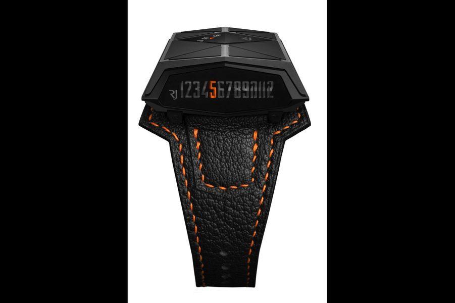 Spacecraft en titane PVD noir, cadran incliné, mouvement automatique, bracelet en cuir à surpiqûres. RJ Romain Jerome. 26 500 €.