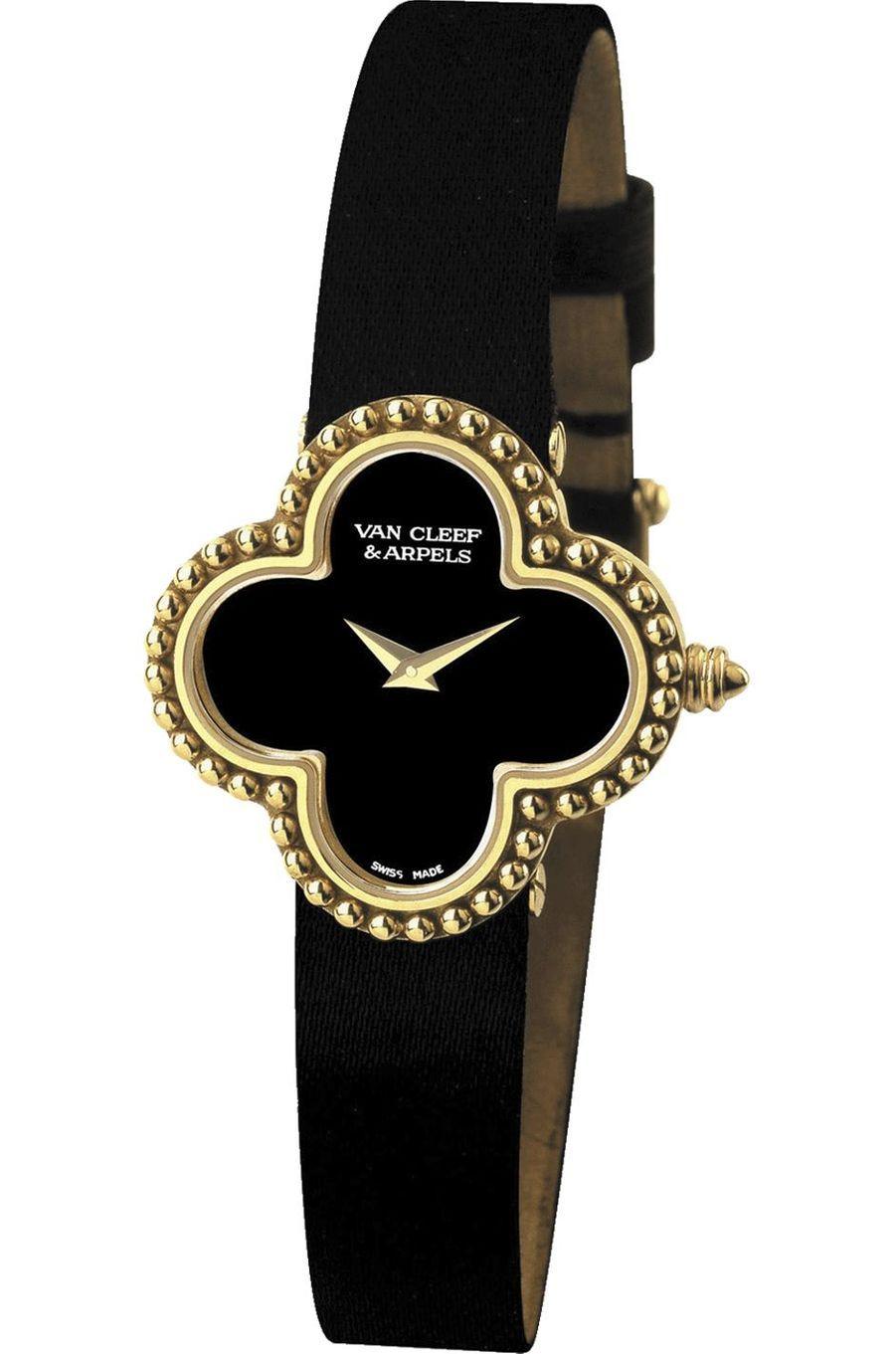 Vintage Alhambra or jaune, cadran en onyx, mouvement à quartz, bracelet en satin. 6900 €. Van Cleef and Arpels.