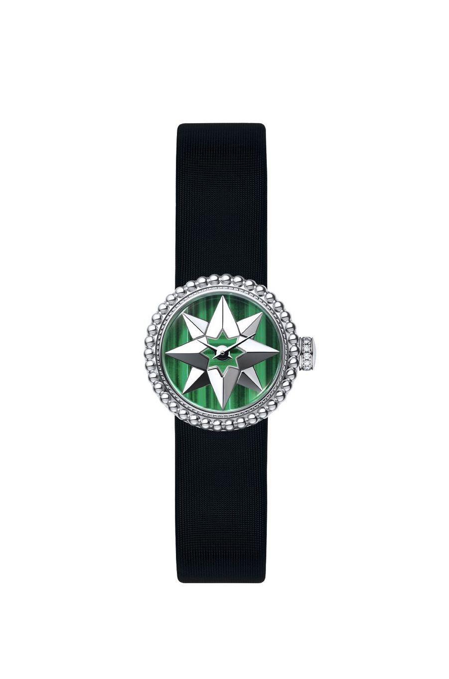 La Mini D de Dior Rose Des Vents en acier, cadran en acier et malachite, mouvement à quartz, bracelet en satin. 4800 €. Dior.