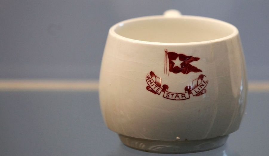 Tout un assortiment de porcelaines à l'effigie de la compagnie White Star Line fait partie du lot à vendre.