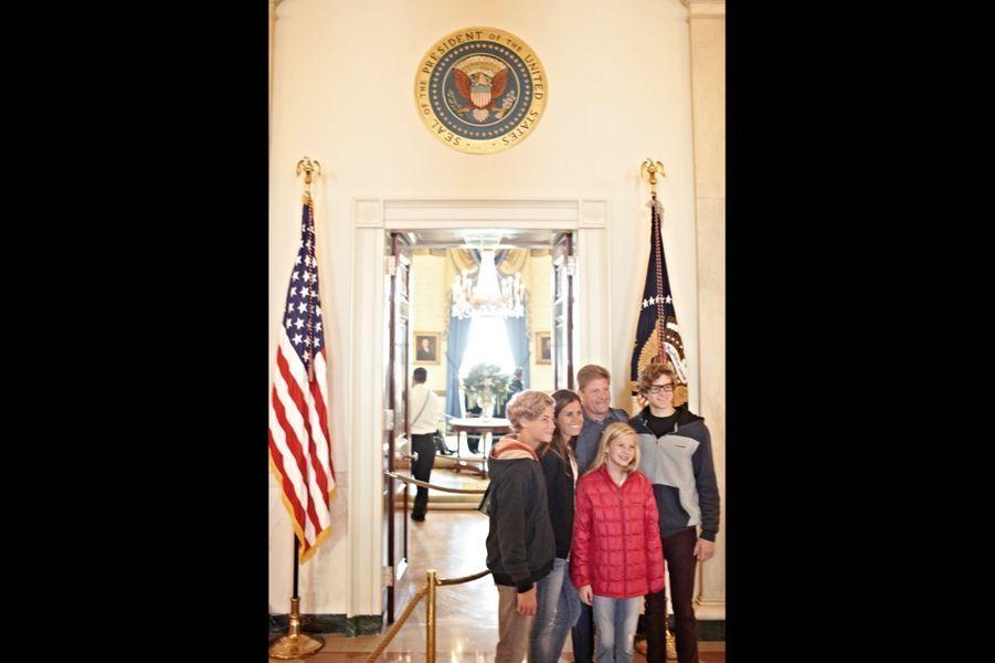 Une famille américaine pose dans l'aile est de la Maison-Blanche que l'on visite toute l'année.