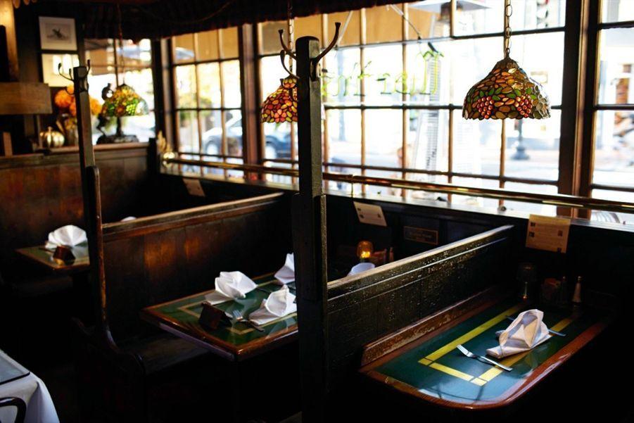 A la table des présidents De Harry Truman (box 6) à George W. Bush (table 12), tous les chefs d'Etat ont eu leur rond de serviette chez Martin's Tavern, un restaurant niché au coeur de Georgetown, le quartier résidentiel huppé. Le 24 juin 1953, sur les bancs de bois du box 3, John F. Kennedy y demanda en mariage Jacqueline Bouvier. Son plat favori, la soupe de palourdes (10 euros), est toujours au menu. martinstavern.com