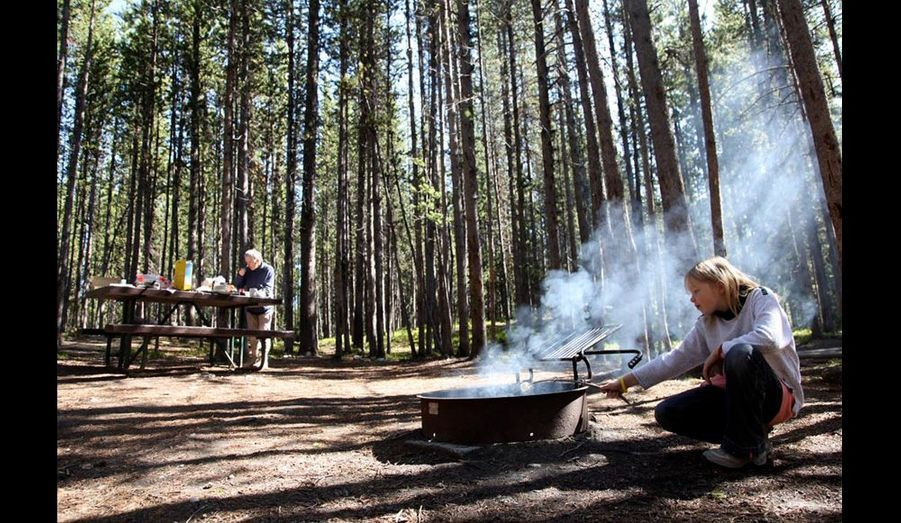 Canyon Village dans le parc du YellowStone. Petit déjeuner au cœur de la forêt mais avec tout le confort d'une table et d'un emplacement barbecue pour faire cuire nos marshmallows. C'est l'Amérique !