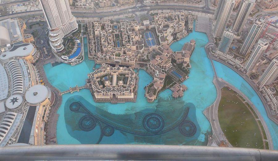 Vue plongeante sur le nouveau quartier de Dubai et son bassin d'eau douce. On devine au fond de l'eau la structure des jets d'eau qui s'animent tous les soirs à 18h. Le spectacle sons et lumières attire la foule.