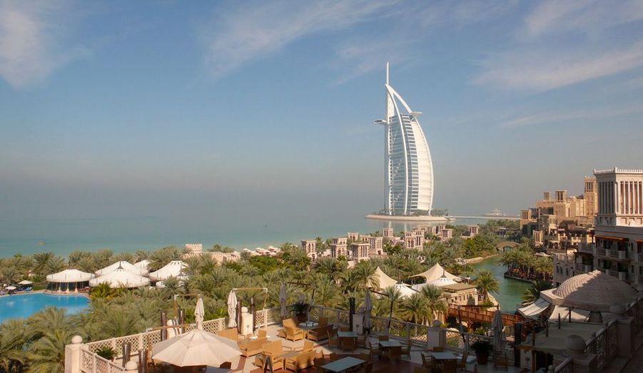Symbole de Dubai depuis 10 ans, le Burj Al Arab au petit matin. Au premier plan, les canaux à la vénitienne de l'hôtel Madinat Jumeirah, un complexe qui comprend trois 5-étoiles.