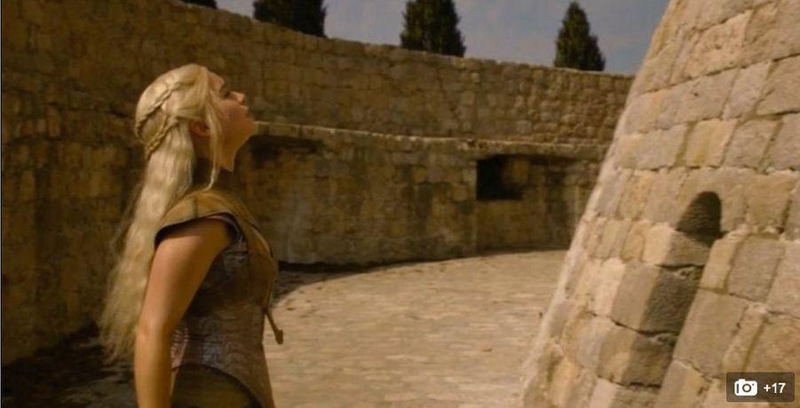 Une architecture massive, point culminant des remparts ceinturant la ville sur près de 2kilomètres. Elle symbolise la République maritime de Raguse (Dubrovnik, en croate). Dans la saison2, Daenerys Targaryen (ci-dessus) y cherche l'entrée de la maison des Nonmourants.