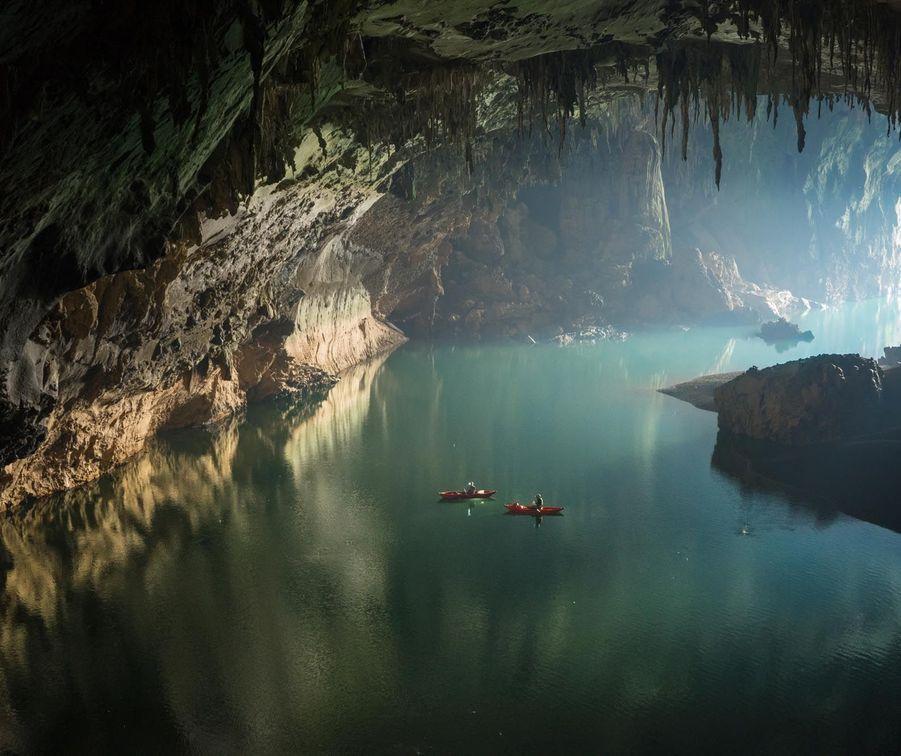 Naviguez sur cette impressionnante rivière souterraine