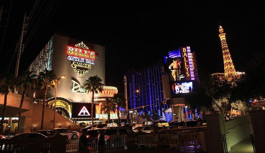 La nuit tombée, le fameux Strip, ce boulevard de Las Vegas qui dessert tous les hôtels-casinos, s'allume ! En plein désert, jaillissent néons et panneaux lumineux les plus sophistiqués du monde. Un spectacle à découvrir en voiture. Las Vegas n'est pas fait pour les piétons !