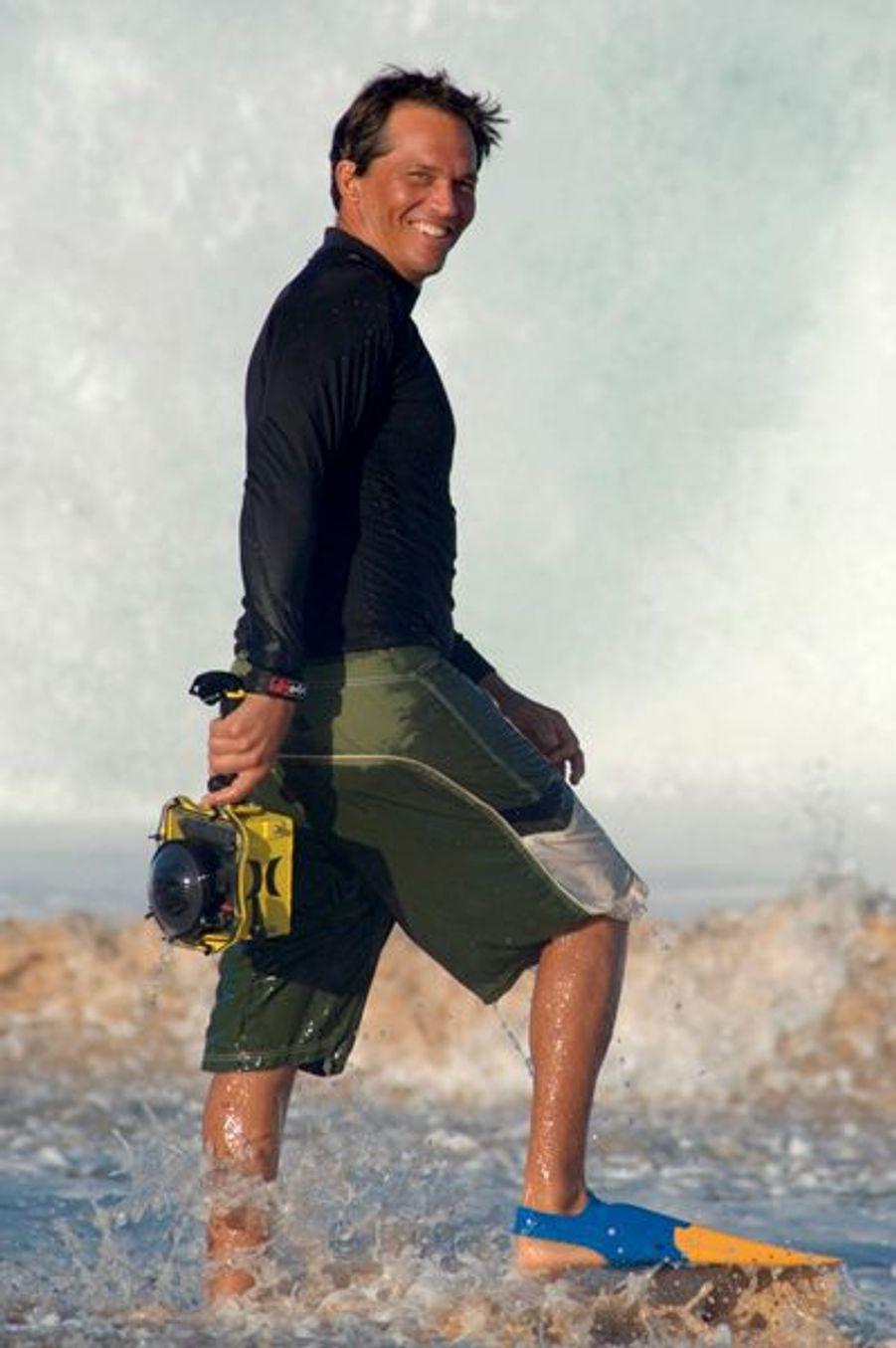 «J'essaie de capturer de l'intérieur la beauté et la puissance de ces vagues monstrueuses», explique Larry Clark (ci-dessus). Pour tutoyer tant de fureur d'aussi près, il s'est juste muni de son matériel habituel : une combinaison de plongée, des palmes et son Nikon protégé par un caisson étanche. Alors qu'il faut palmer vite, trouver la position exacte, puis mitrailler, à neuf images par seconde. Juste après ce cliché, le rouleau l'a happé. Une tornade qui a fini par le rejeter sur le rivage, hébété mais éperdu de bonheur.