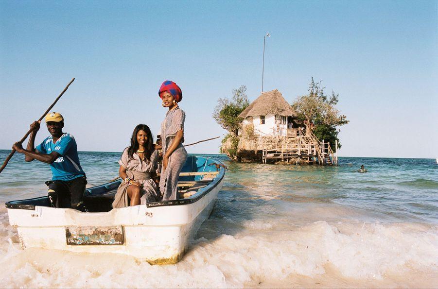 La première styliste de Zanzibar Prête à naviguer vers le restaurant, Doreen Mashika (debout) avec un de ses modèles.