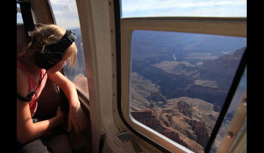 On peut aborder le Grand Canyon de différente manières, points de vue aménagées sur le bord de la route, randonnées, rafting, à cheval, … mais une des plus spectaculaire et des plus réaliste est sans aucun doute la vue du ciel qui nous donne toute la mesure de ce phénomène géologique.